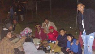 Aficionados acampan en las afueras del Estadio Chivas