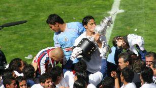 Omar Bravo besa el trofeo obtenido en la cancha del Nemesio Diez