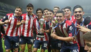 Jugadores de Chivas Sub 17 celebran el título obtenido