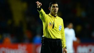 El árbitro paraguayo, Enrique Cáceres, durante un partido