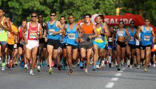 Un grupo de corredores inciando un maratón