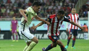 Edwin Hernández y Edson Álvarez pelean un balón