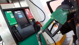 Imagen de una bomba de gasolina sirviendo a un carro