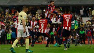 Chivas celebra el gol de Salcido en el Clásico de Liguilla