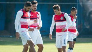 Pereira, Alanís y Brizuela en un entrenamiento de Chivas