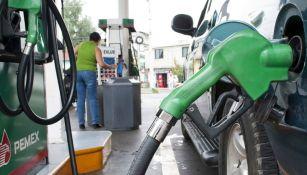 Una bomba de gasolina surtiendo a un auto