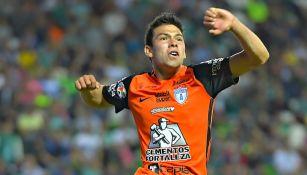 Hirving Lozano festeja un gol con Pachuca