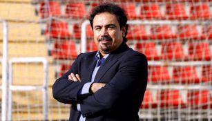 Hugo Sánchez posa en una cancha de futbol