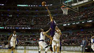 Imagen de una acción del juego en la Arena Ciudad de México entre Mavs y Suns