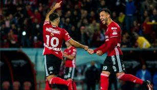 Jugadores de Xolos festejan una de las dianas a Puebla