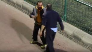 Momento en el que dos hombres pelan en un partido de juveniles en Canarias