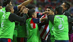 Pulido celebra el gol con el resto de sus compañeros