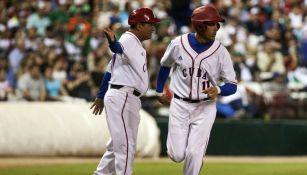 El manager de tercera base indica a su jugador que avance para anotar una carrera para Cuba