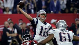Tom Brady manda un pase en el Super Bowl LI