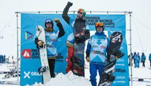 Liam Rivera (derecha) en el podio tras finalizar en tercer lugar del mundial de Snowboarding Freeride