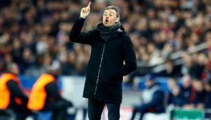 Luis Enrique da indicaciones a sus jugadores en Francia