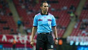 Luis Enrique Santander dirige un duelo en el Clausura 2017