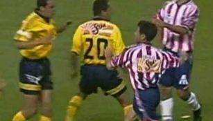 Felipe Robles y Cuauhtémoc Blanco, durante la pelea en el Verano 99