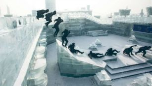 Jason Paul realiza un movimiento en un palacio de hielo de Harbin, China