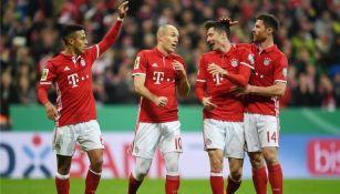 Futbolistas del Bayern Munich, tras anotar contra Schalke 04