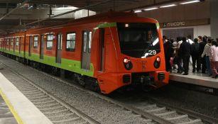 Un tren de la línea 12 del metro se detiene en la estación Mixcoac