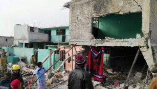 Personas trabajan en el domicilio que explotó en el municipio de Tultepec