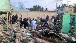 Varias personas trabajan en la zona de la tragedia en Tultepec