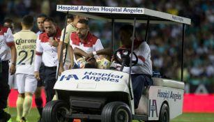 Renato Ibarra es trasladado en el carrito de las asistencias