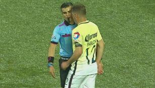 Pablo Aguilar le da un cabezazo al árbitro en un juego de Copa MX
