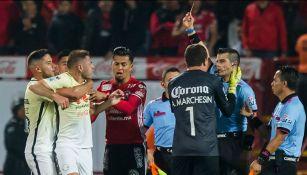 El árbitro le muestra la tarjeta roja a Pablo Aguilar