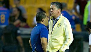 Peláez, serio durante un partido del América