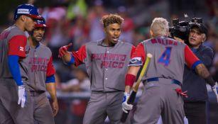 Los jugadores de Puerto Rico celebran un home run anotado frente a México