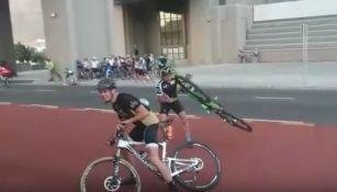 Participante de la Cape Town Cycle Tour lucha contra el fuerte viento
