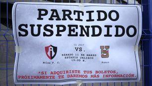 Un cartel anunció que el partido entre Atlas y Pumas estaba suspendido