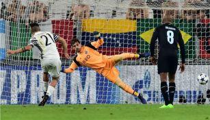 Casillas se lanza para tratar de evitar el gol de Dybala
