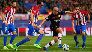 CH7 intenta salir entre jugadores colchoneros en el Calderón