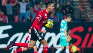 Juan Martín Lucero celebra el gol del empate mientras regresa al centro del campo