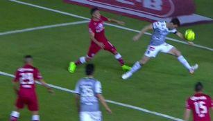 Momento en el que Boselli se ayuda de su brazo para marcar un gol contra Toluca