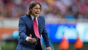 Matías Almeyda da indicaciones a sus jugadores