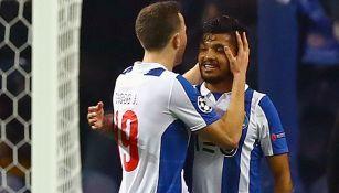 Tecatito es felicitado por uno de sus compañeros del Porto