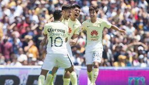 Oribe Peralta festeja con sus compañeros su gol contra Pumas
