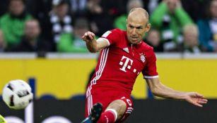Arjen Robben golpea el balón en el juego entre Mönchengladbach y Bayern