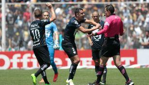 Jugadores de Pumas reclaman al árbitro el gol de Oribe Peralta