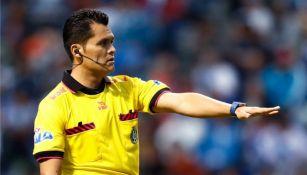 Árbitro Jorge Pérez Durán, durante el juego Puebla vs Monarcas