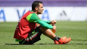 Rafa Márquez descansa durante el entreamiento del Tricolor