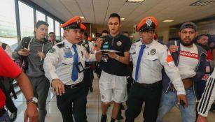 Keylor Navas dando un autógrafo a sus fans en el aeropuerto de la CDMX