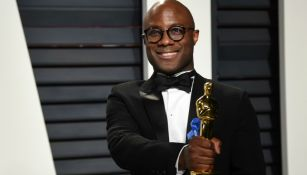 Barry Jenkins sostiene su premio Oscar
