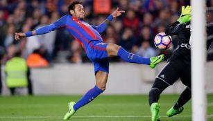Neymar intenta marcar en el partido contra el Valencia