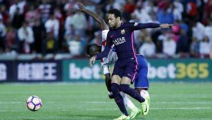 Neymar pelea un balón durante el partido frente al Granada