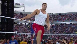 Gronkowski subiendo al ring en Wrestlemania 33